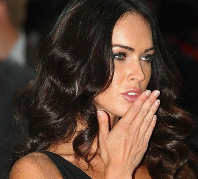 Меган страдает брахидактилией (врожденной аномалией пальцев рук), из-за которой большие пальцы на руках растут медленней остальных и ногти на них выглядят недоразвитыми.