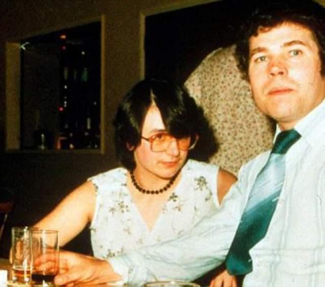 Фред и Розмари Уэст Одна из самых печально известных и страшных пар серийных убийц в истории. У обоих было сложное детство, и, предположительно, в их биографии имел место инцест. Хотя большая часть их убийств пришлась на период с 1973 по 1979 год, первое они совершили в 1971 году.