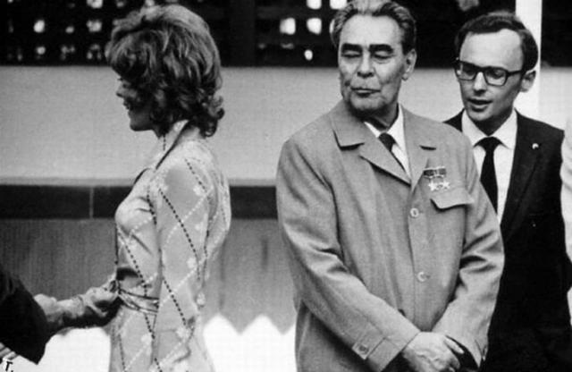 В 1973 году, когда приоткрылся железный занавес, в СССР приехала делегация из США. После проникновенной речи генсека к нему подошла с цветами молоденькая американка, которую любвеобильный генсек тут же расцеловал с присущей ему страстью и самоотдачей. Доселе неприметная учительница хореографии Энни Холлман в одночасье стала известной на весь мир.