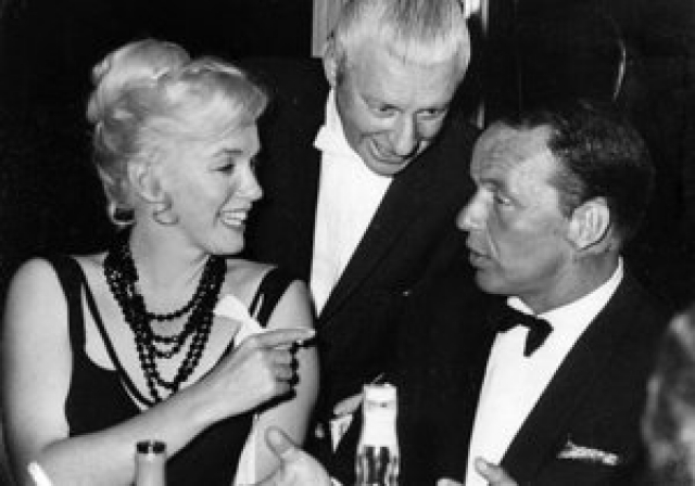 Впрочем, близость Мэрилин с Синатрой была на руку тем, кто вынашивал замыслы навредить братьям Кеннеди. Ведь Фрэнк ввел Мэрилин в круг людей, среди которых было немало злейших врагов президента и министра юстиции. Поэтому вряд ли когда-либо мы узнаем об истинных отношениях двух знаменитостей.