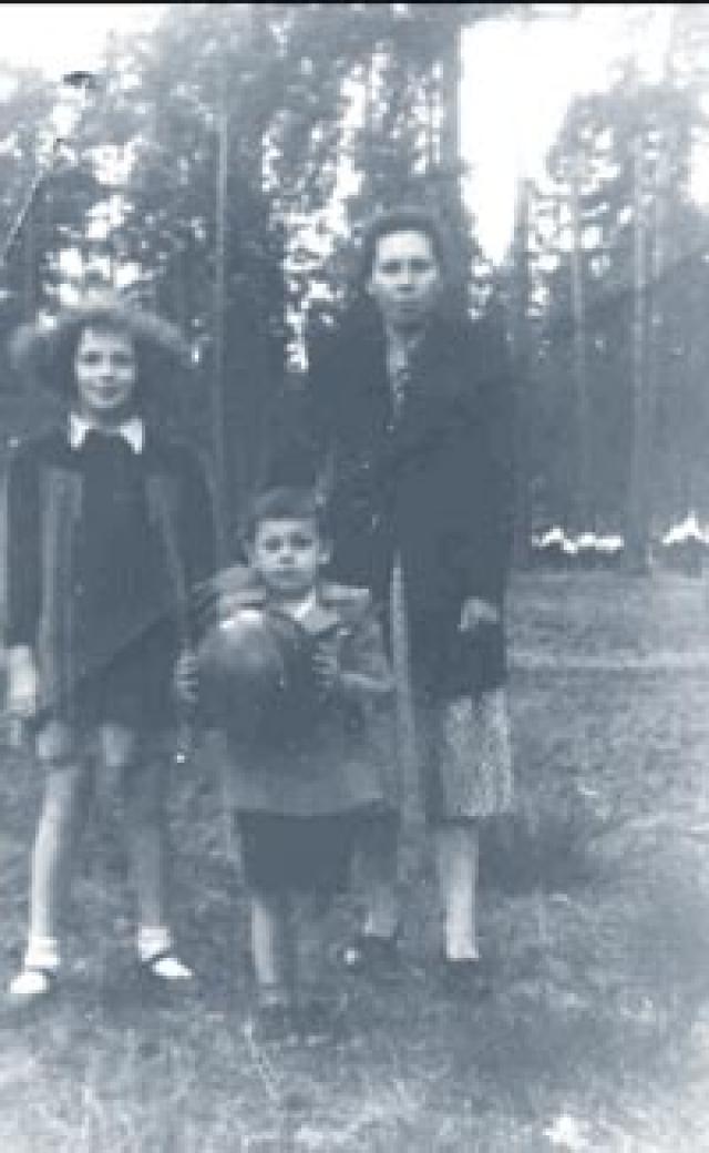 """Когда пришла повестка о самоубийстве Виктора Крамарова, мать Савелия заплакала и сказала: """" Его убили, я это точно знаю """". Оставшись без средств к существованию, мать надрывалась на трех работах, но все равно не могла прокормить сына."""