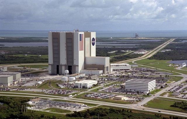 """Первоначально миссия STS-51L должна была стартовать с Космического центра им. Джона Кеннеди 22 января. Но задержки в графике и плохая погода привели к тому, что запуск """"Челленджера"""" откладывался до 28 января."""