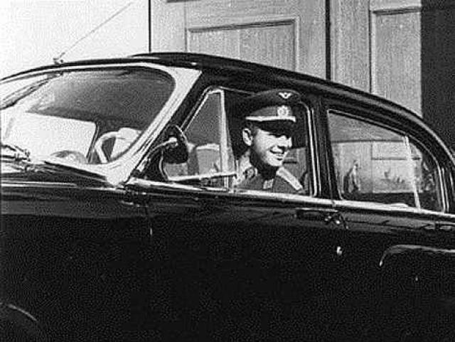 После своего замечательного полета Гагарина наградили черной Волгой с номером 12-04 ЮАГ (дата полета и инициалы героя). Так что его можно считать основоположником популярных сегодня именных автомобильных номеров.