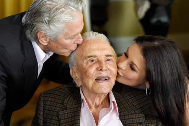 Кирк Дуглас. Отец Майкла Дугласа, несомненно, покорил в свое время Голливуд, но его знаменитому сыну принадлежит, не побоимся этого слова, весь мир.