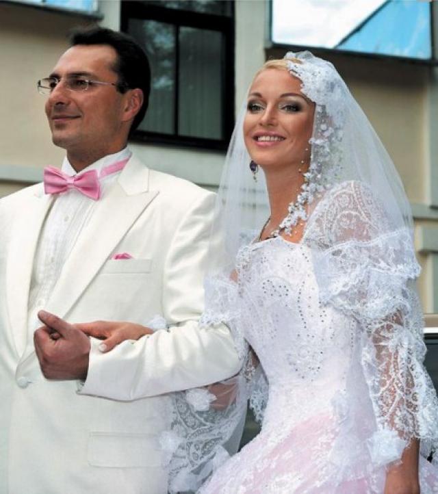 """Как позже призналась Анастасия, официально их брак так и не был зарегистрирован. """"Красивая"""" дата не сработала: через год после громкой свадьбы пара так же громко разошлась."""
