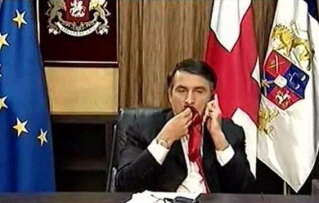 Саакашвили прервал беседу, но не попросил журналистов выключить камеры. В процессе разговора с неназванным собеседником Саакашвили так увлекся, что забыл о журналистах и съемке, и начал жевать галстук. Уже в ближайшем выпуске новостей эти кадры, разумеется, показали.