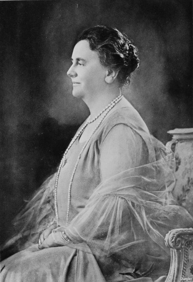 """Однако королева Нидерландов Вильгельмина не только отказалась от почетной обязанности, но и назвала Олимпиаду """"языческими игрищами""""."""