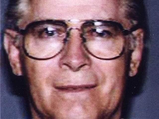 Балджер работал на мафиозный клан, но при этом был информатором ФБР и рассказывал полиции о делах известного в свое время клана Патриарка. По мере того как Балджер расширял свою собственную преступную сеть, полиция стала обращать большое внимание на него самого, а не на ту информацию, которую он предоставлял. В итоге Балджеру пришлось сбежать из Бостона, и он на целых пятнадцать лет оказался в списке самых разыскиваемых преступников. Балджера поймали в 2011 году и предъявили обвинение в нескольких преступлениях, в том числе в 19 убийствах, отмывании денег, вымогательстве и торговле наркотиками. после судебного процесса, длившегося два месяца, знаменитого главаря банды признали виновным и приговорили к двум пожизненным тюремным срокам и еще пяти годам заключения, и Бостон наконец смог спать спокойно.
