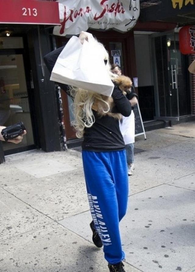 """Собачку спасла случайная прохожая, которая отобрала животное и вызвала """"скорую"""". Байнс госпитализировали в клинику, где поставили диагноз """"шизофрения"""". Аманда прошла длительный курс лечения, начав появляться на публике лишь в прошлом году."""