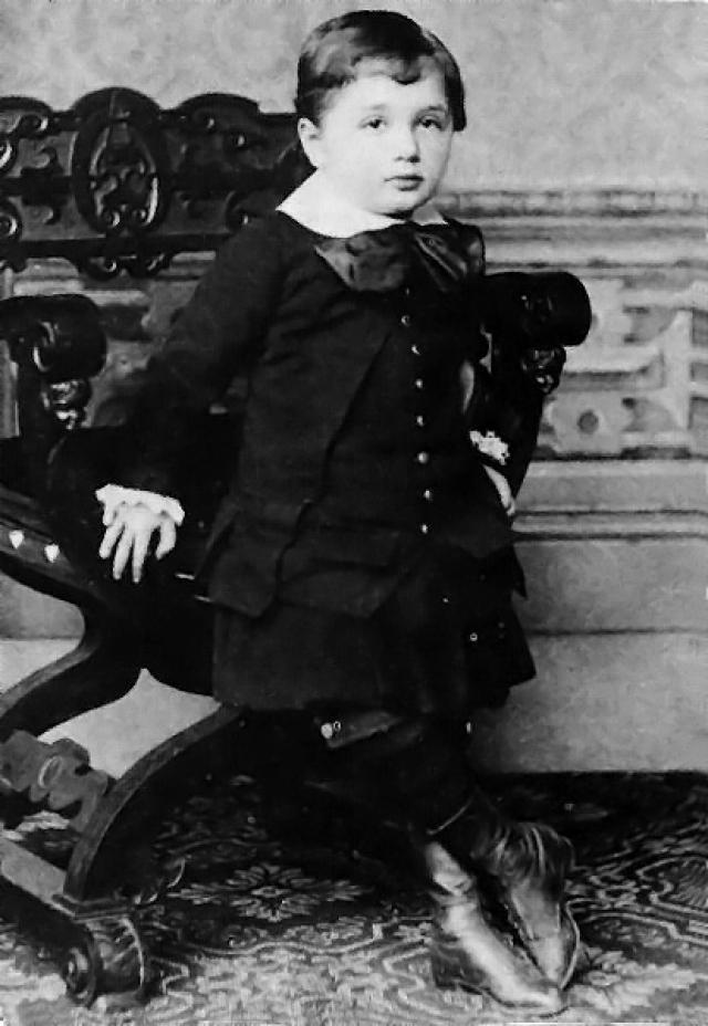 Он был слабым и болезненным ребенком, появивишимся при тяжелых родах. Его огромная голова неправильной деформированной формы вызывала серьезные подозрения врачей на врожденную умственную отсталость.