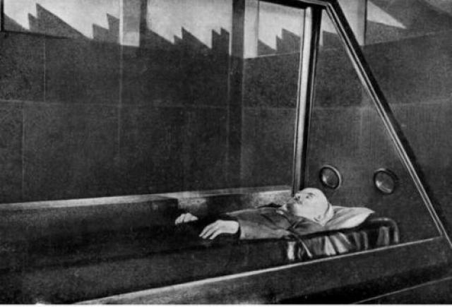 Через десять лет, 19 марта 1934 года, было совершено первое покушение на мумию Ильича.