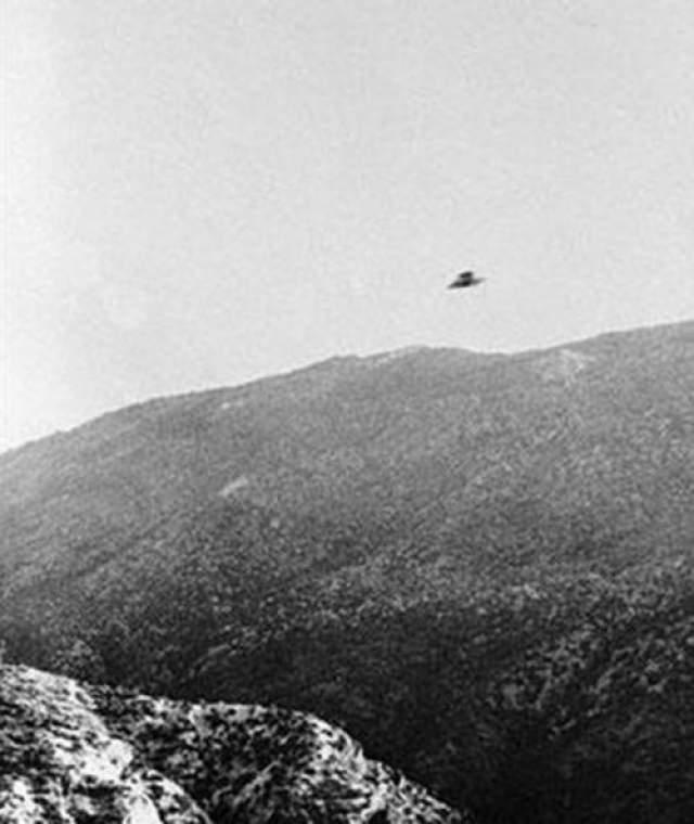 """Гай Маркванд младший сделал эту фотографию, которую он сам описал, как """"летающая тарелка"""" на горной дороге возле Риверсайд, штат Калифорния, 23 ноября 1951 года"""