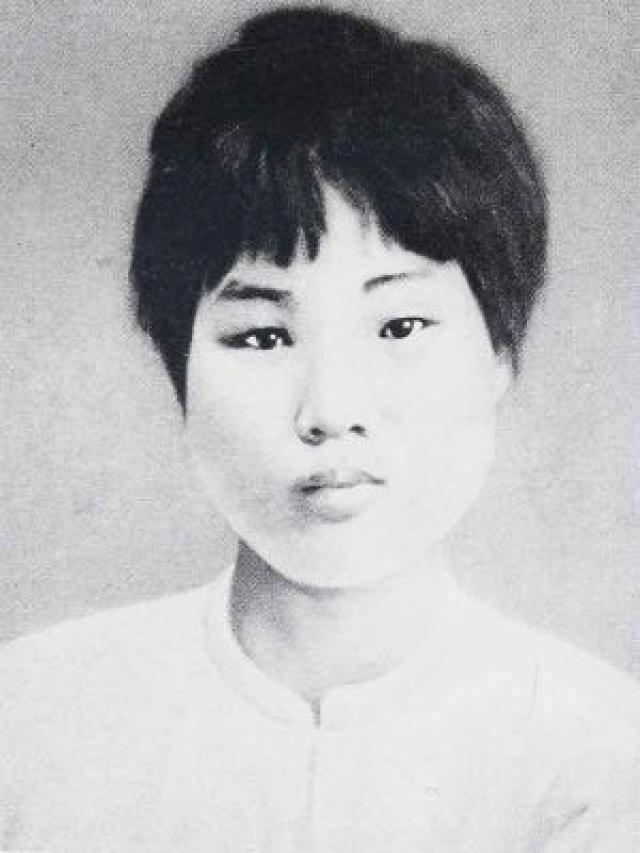 Ян Кайхуэй была второй женой Мао. Поженились они в 1920 году, а знакомы были с 1916 года. В октябре 1930 года Ян Кайхуэй вместе с её сыном Аньинем была похищена. Они потребовали, чтобы женщина публично отреклась от мужа и коммунистической идеологии, но та категорически отказалась это сделать. После жестоких пыток ее казнили на глазах у 8-летнего сына.