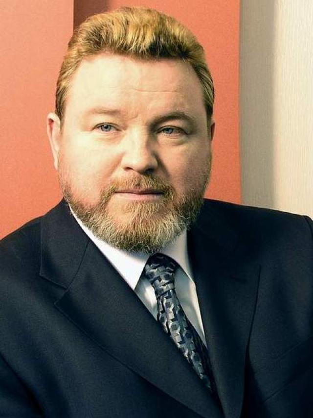 Михаил Евдокимов - заслуженный артист РФ, который получил широкую известность благодаря эстрадным юмористическим монологами и пародиям. В 2004 году одержал победу на выборах губернатора Алтайского края, однако проработал на должности менее 1,5 лет.
