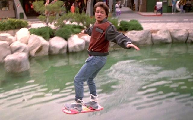 """Удивительно, но сбывшиеся пророчества присутствуют даже в фильме """"Назад в будущее"""". Одним из таких ставших реальностью гаджетов стала летающая доска-скейтборд."""