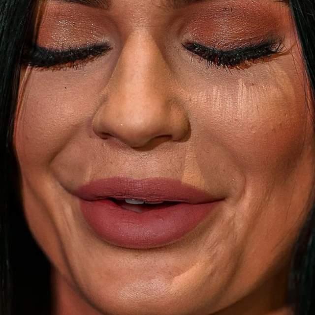 """Модель и участница шоу """"Семейство Кардашьян"""" Кайли Дженнер явно приходится изрядно работать над тоном лица, чтобы скрыть все несовершенства."""