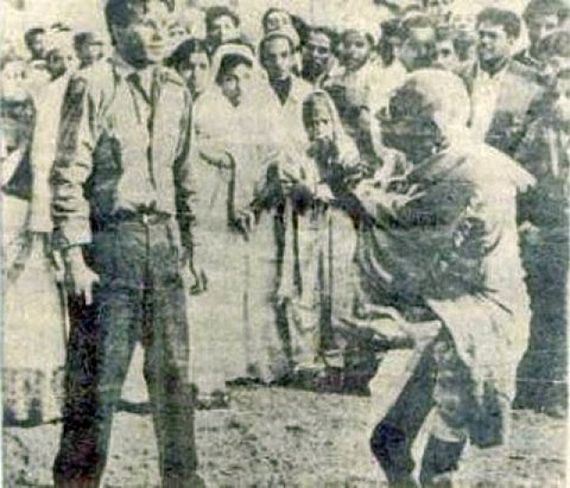 На вечерней молитве убийца Натхурам Годзе выстрелил три раза в Махатма Ганди из пистолета, после чего тот скончался на месте. Последние мгновения жизни жертвы были запечатлены на снимке.