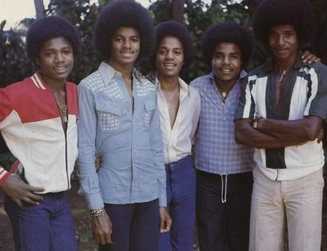 Лицом коллектива были старшие сыновья Джеки, Тито и Джермейн, а совсем маленькие Марлон и пятилетний Майкл выступали на подтанцовке. В коллектив самый знаменитый из Джексонов попал в 1964 году, а в 1973 году успех семейного проекта начал падать.