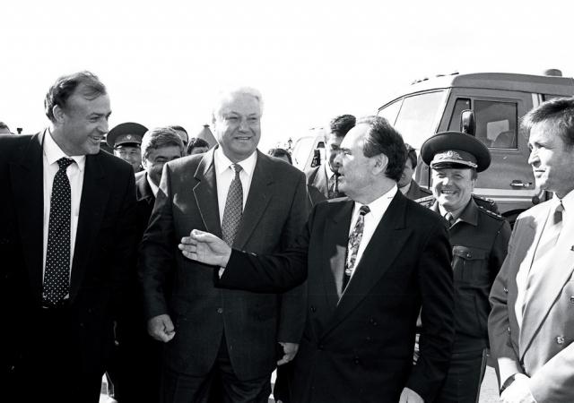 В конце 1994 года Ельцин в один из решающих моментов начала первой чеченской кампании исчез с телеэкранов. Официально было объявлено, что он был госпитализирован в связи с операцией носовой перегородки. В прессе предполагалось, что время для операции было выбрано не случайно.