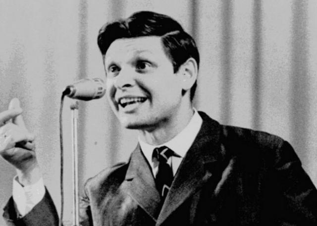 В 1960 году окончил Ленинградскую консерваторию и начал выступать как солист Ленконцерта.