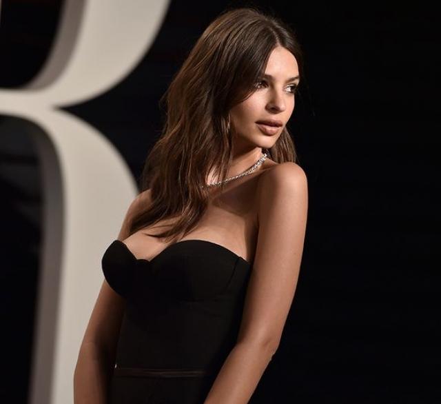 """14. Эмили Ратажковски. Видимо, модель покорила пользователей """"голыми"""" селфи."""
