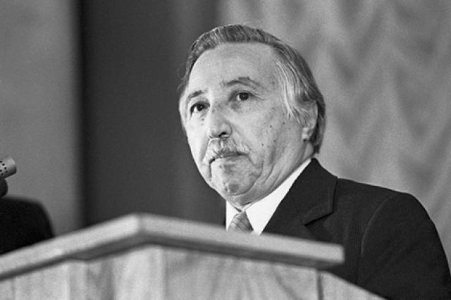 Луис Корвалан. Чилийский политик, в прошлом Генеральный секретарь Коммунистической партии Чили, обменянный на Владимира Буковского в процессе обмена политзаключенных.