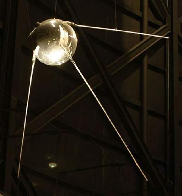 """Первым искусственным телом, выведенным на околоземную орбиту (и достигшим тем самым первой космической скорости), стал советский аппарат """"Спутник-1"""", запущенный 4 октября 1957 года."""