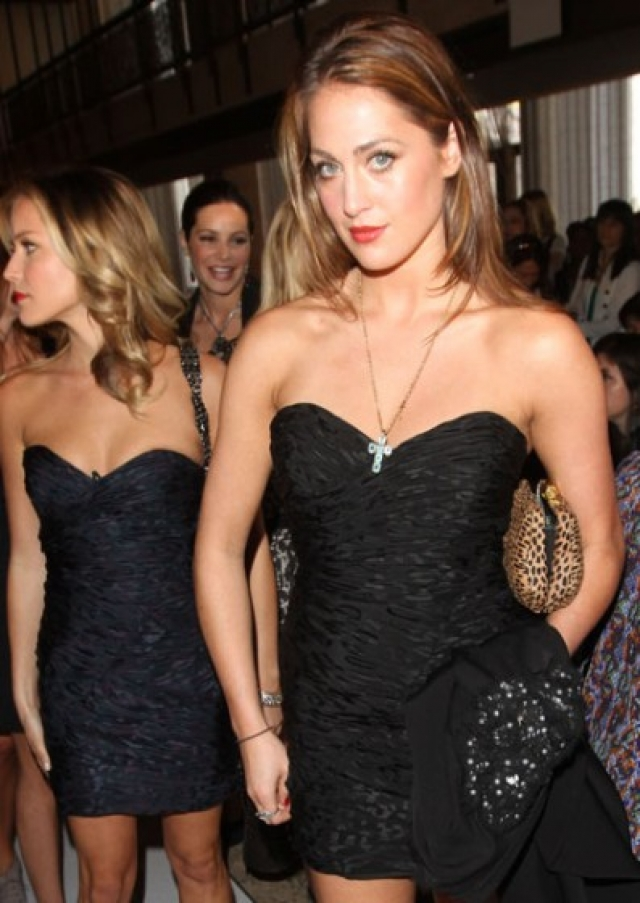 Актриса Кристин Каваларри и ее коллега Рокси Олин выбрали одинаковые платья для мероприятия Jill Stuart fashion show.