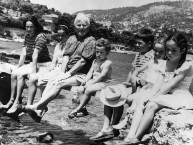 Чарли Чаплин с семьей на Французской Ривьере, 1957 год