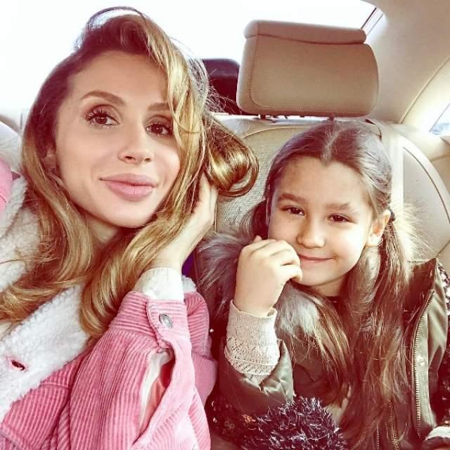 """В 2009 году Лобода выступила за Украину на """"Евровидении"""". В 2010 появляется она создала бренд """"LOBODA"""", под которым выступает до сих пор. Сейчас певица не замужем. У нее две дочери, Евангелина и Тильда."""