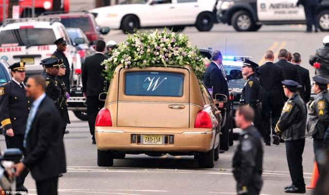 """В конце церемонии хромированный гроб с телом покойной певицы вынесли под звучание ее самой известной песни - """"I Will Always Love You"""". Церемония, продлившаяся около четырех часов вместо запланированных двух, транслировалась в Интернете. По распоряжению губернатора штата, в Нью-Джерси в этот день приспустили все национальные флаги."""
