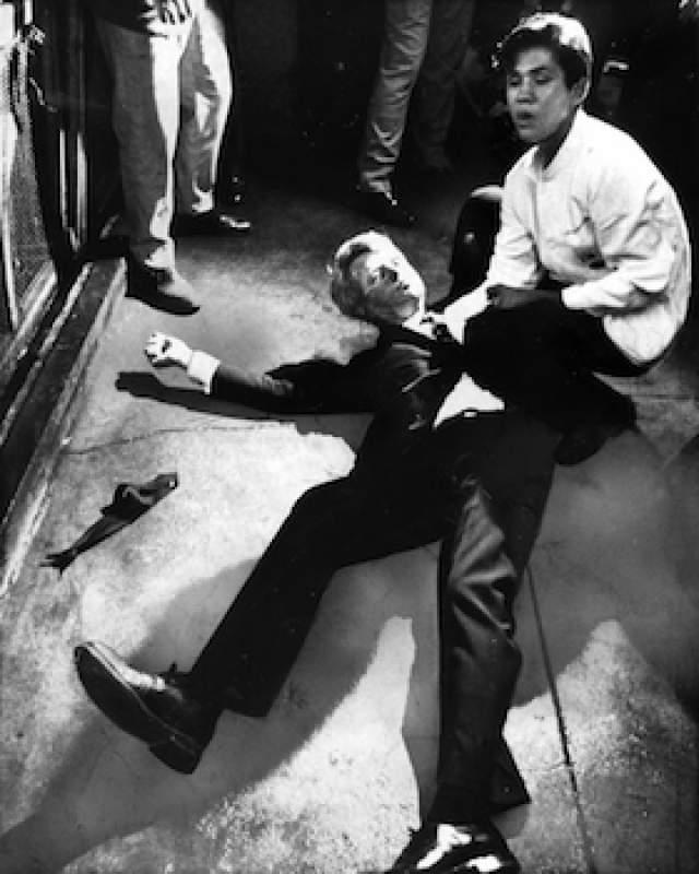 Сразу после объявления о результатах праймериз сенатор Кеннеди выступал в бальном зале отеля перед своими сторонниками, а после ему предстояло дать пресс-конференцию в другом зале.