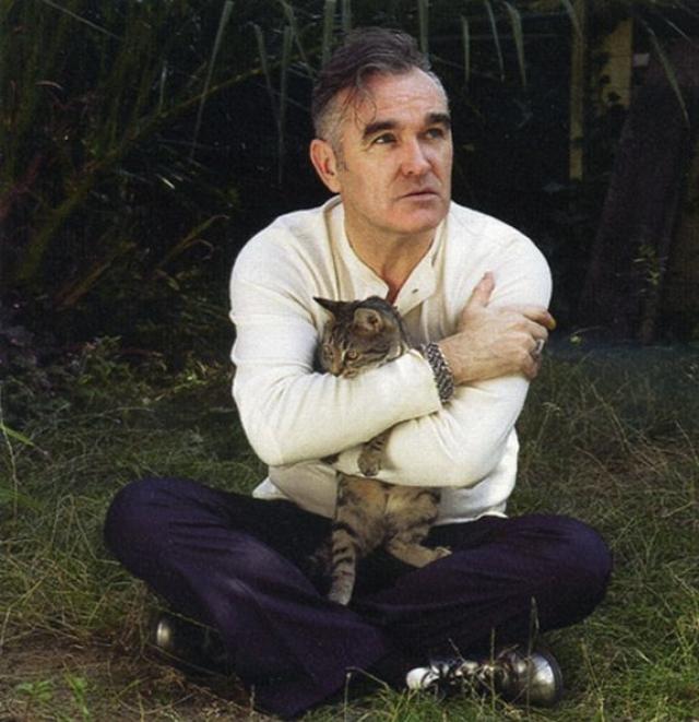 Моррисси. Легендарная рок-звезда является яростным защитником животных и представителем PETA. Его любовь к кошкам так хорошо известна, что существуют целые сообщества в соцсетях, посвященные его фотографиям с этими домашними животными.