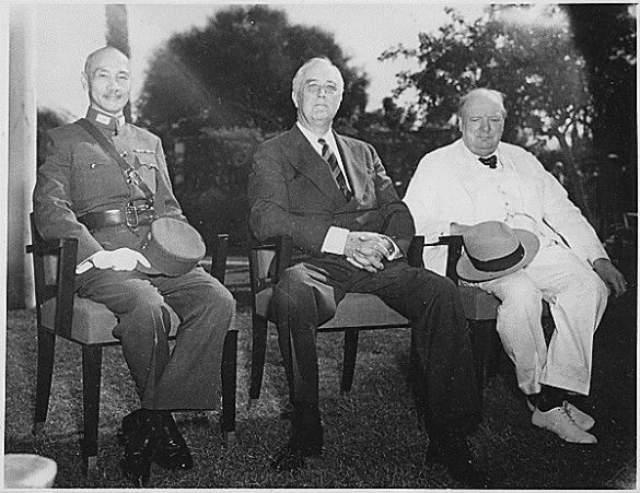 Франклин Делано Рузвельт 32-й президент США Франклин Делано Рузвельт перенес полиомиелит (некоторые историки считают, что его болезнь больше похожа на синдром Гиена-Барре, поражающий нервные волокна спинного мозга), когда ему было уже за сорок - осложнением недуга стал паралич, и Рузвельт до конца дней передвигался только в инвалидной коляске.