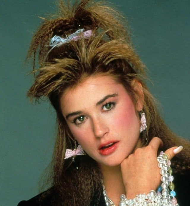 Деми Мур. Еще в конце 80-х актриса меняла форму носа и прикус, а также избавилась от очков.