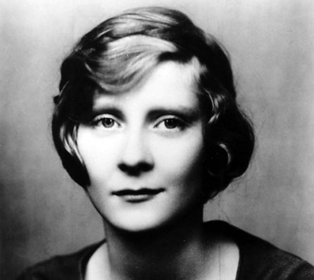 Пятничным вечером 16 сентября 1932 года Пег Энтуисл оставила родным записку, что отправилась к друзьям. Больше живой ее никто не видел. В воскресенье 18 сентября в полицейском участке раздался звонок, и неизвестная женщина сообщила, что наткнулась около знака Голливуда на женскую туфлю и аккуратно свернутое пальто.