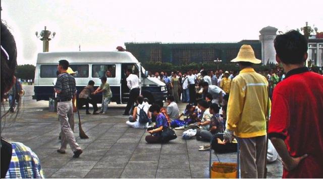 Групповое самосожжение в Пекине. 23 января 2001, в день китайского Нового года, на площади Тяньаньмэнь пять человек облили себя бензином и подожгли.