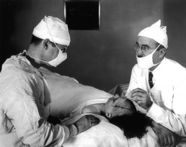 В то время как сегодня лоботомия используется редко, он значительно ее усовершенствовал и ратовал за нее, как за наиболее успешный метод лечения.