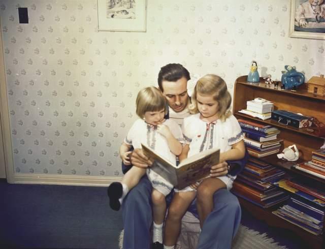 Уолт Дисней. В 1933 году у мультипликатора и его супруги родилась дочь Дайана Мэри, а позже, не имея возможности родить второго ребёнка, супруги удочерили маленькую девочку, дав ей имя Шэрон Мэй Дисней.