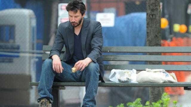 С тех пор его редко можно заметить улыбающимся. Его можно встретить сидящим на лавочке в парке, пьющим кофе на бетонном бордюре, или читающим газету в метро.