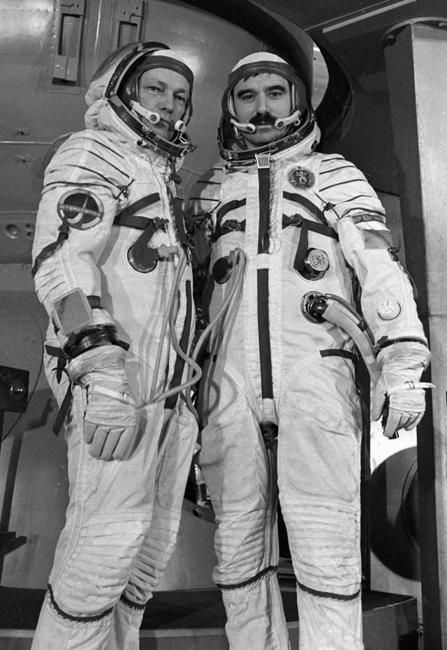 Советские власти изменяли фамилии космонавтов, которые казались им неблагозвучными: так болгарин Какалов стал Ивановым, а поляк Хермашевский — Гермашевским.