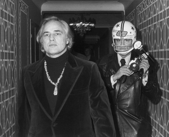 Марлон Брандо сломал ему челюсть и выбил четыре зуба, после чего фотограф демонстративно надевал футбольный шлем на встречи с актером.