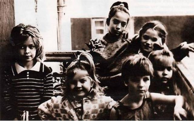 В семье, кроме Веры росло еще три дочери: старшая Галина, младшие - двойняшки Вика с Настей.