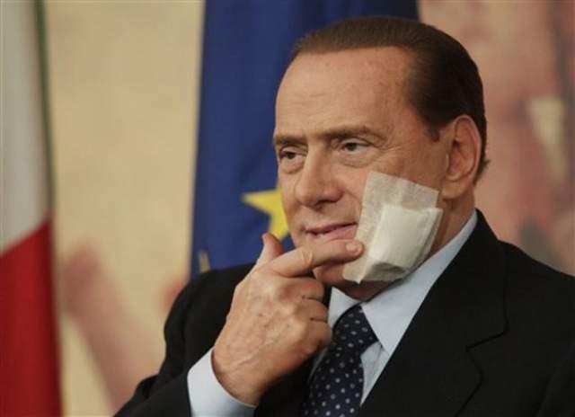 """Глава МИД Италии Роберто Марони сказал, что Сильвио Берлускони хотели убить лица, """"сеющие политику ненависти"""". Но нападающий с расстояния трех метров промахнулся."""