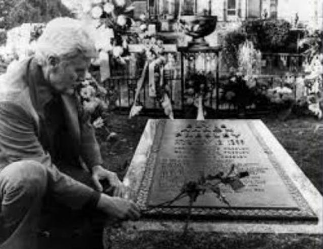 Четверо мужчин были пойманы за вскрытием могилы Элвиса Пресли. Что они собирались делать с ним потом - неясно.