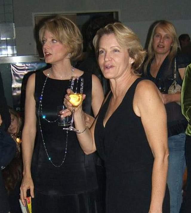 В декабре 2007 года на церемонии награждения Women in Entertainment актриса Джоди Фосер объявила о том, что вот уже 14 лет живет с партнершей-лесбиянкой, продюсером Сидни Бернард.