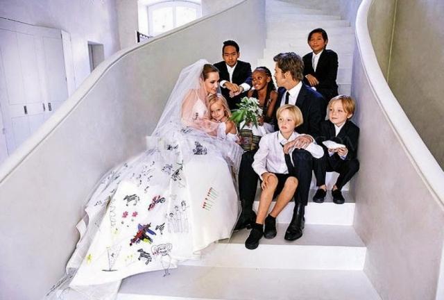 С тех пор пара многое пережила вместе: смерть матери Анджелины, последующие депрессии, сложную операцию из-за риска заболеть раком. Сейчас у пары шестеро детей, а некоторое время назад состоялась и их свадьба.