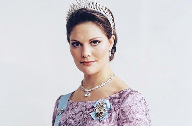 Кронпринцесса Виктория - сестра Карла Филиппа, дочь шведского короля. Несмотря на то, что Виктория унаследовала от отца дислексию, страдала анорексией, а также прозопагнозией, ей удалось справиться с болезнями и принять свои королевские обязанности.