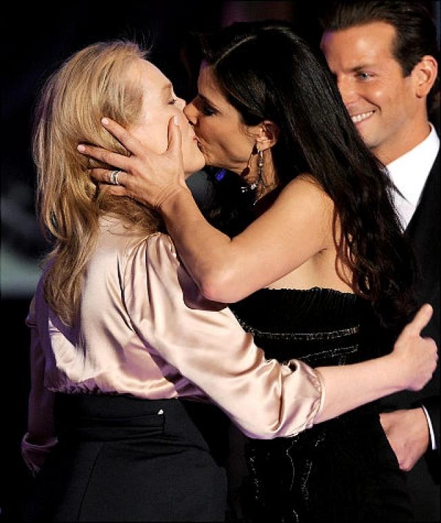 45-летняя Буллок набросилась на 60-летнюю Стрип и очень откровенно поцеловала ту взасос. Та не растерялась и ответила на поцелуй.