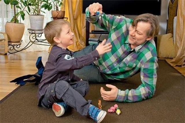 Виктор Раков. У актера было двое взрослых детей, когда они с супругой решили усыновить ребенка. Супруги взяли мальчика Данилу из дома малютки в Подмосковье.